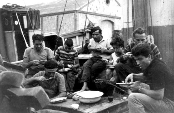Pescadors menjant el ranxo a bord de la barca